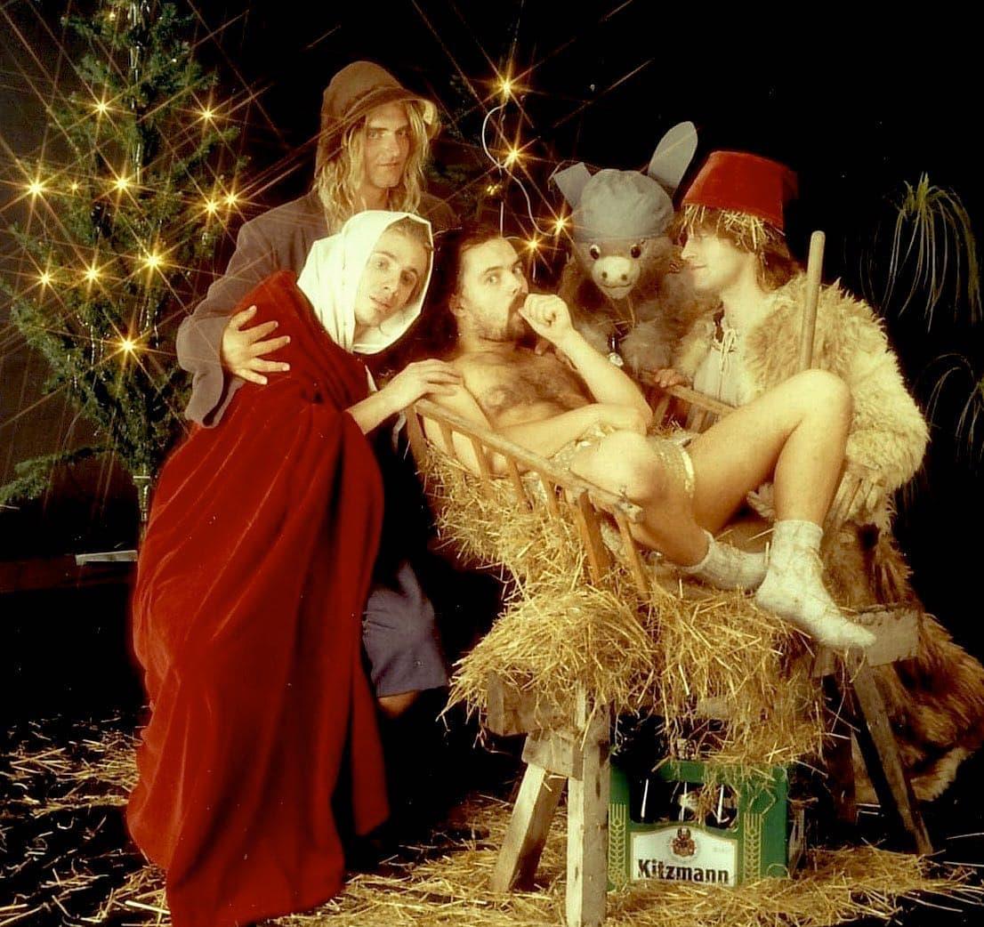 Instagram:Frohe Weihnachten von der Heiligen Familie! 😁 Bleibt gesund und bleibt zuhause! 😉 ...und warum liegt da denn Stroh rum?